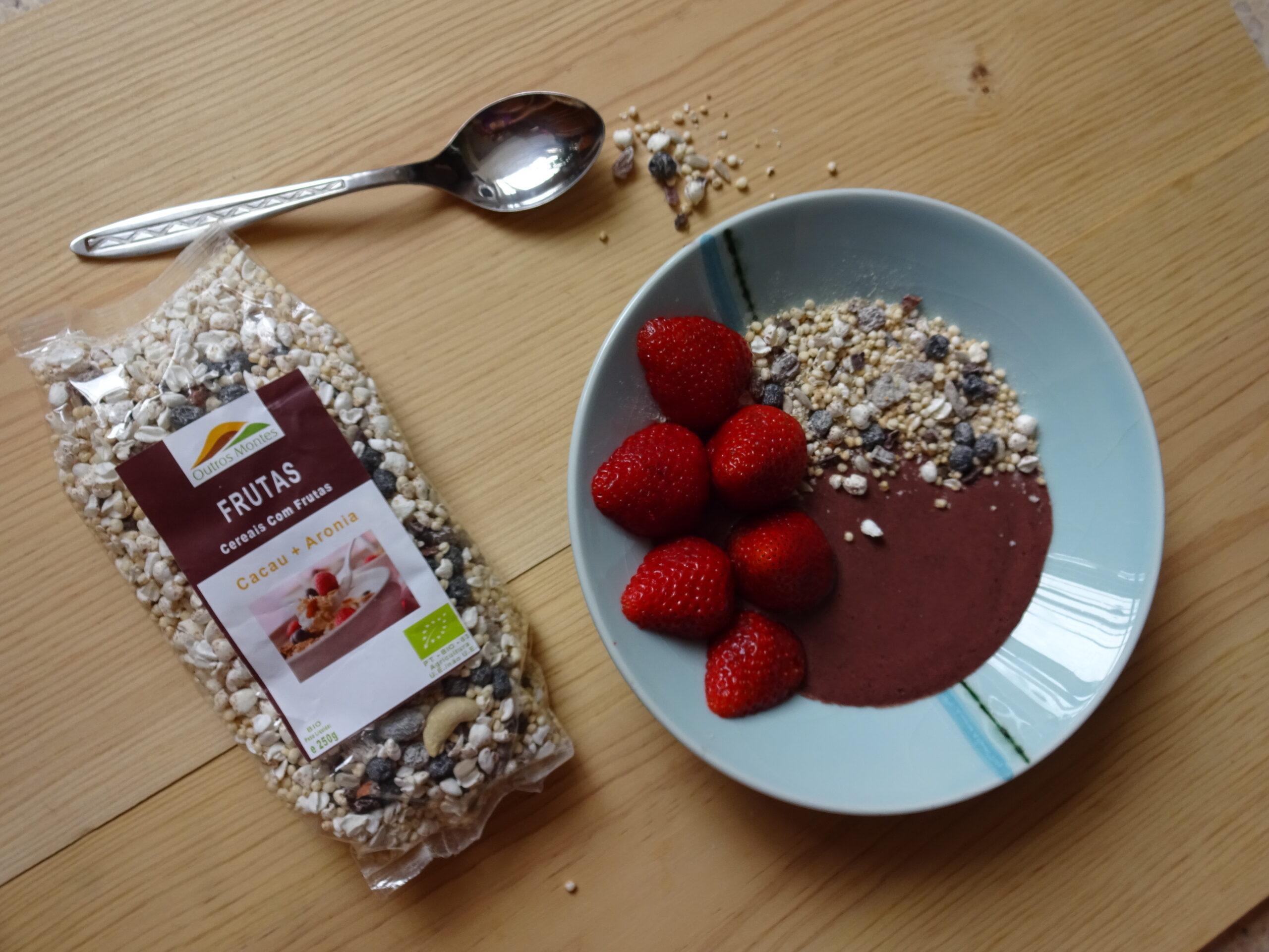Iogurte com Aronia com Topping de Morangos e Cereais Cacau e Aronia Outros Montes