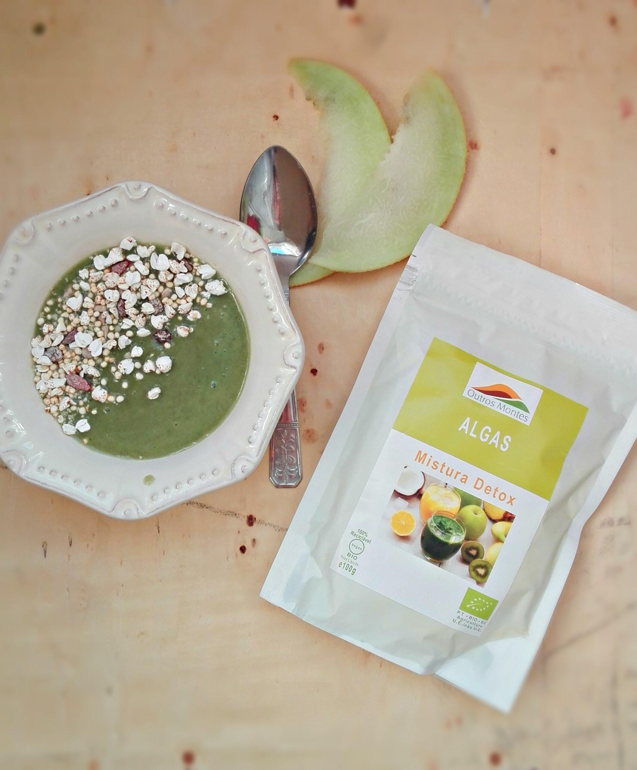 Tigela verde de banana, meloa e Mistura Detox Outros Montes